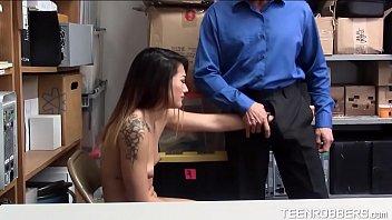 Beauty Thief Groping to a Guard - Teenrobbers.com