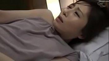 旦那の横で寝ている奥さんのパンツを脱がせオッパイを舐めクンニをして嵌めて中出ししています。