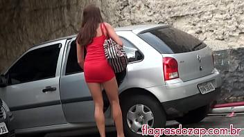 Gostosa trocando roupa no estacionamento
