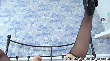 English milf Tracey Lain loves fingering her arse