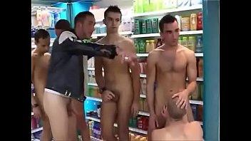 Assalto acaba em suruba no supermercado