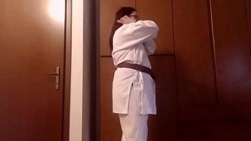 Sono la tua insegnante di Karate e voglio dominarti come un piccolo verme