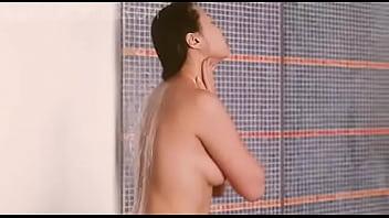 หนุ่มหัวโล้นแอบปีนห้องน้ำดูลูกสาวข้างบ้านแก้ผ้าอาบน้ำหีสวย