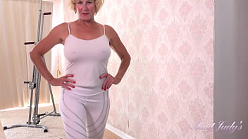 AuntJudys - 56yr-old Busty UK GILF Molly's Big Tit Workout 20分钟