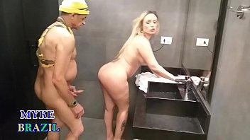 Tiozão Safado Invade o Banheiro Feminino  da Academia  Flagra Loirona Pelada e Acaba  Metendo A Rola Grande no Bucetão da Gata e Gozando na Boquinha