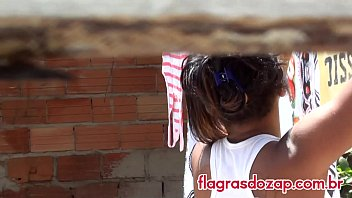 Housewife bikini - Gata da favela pendurando roupa no varal