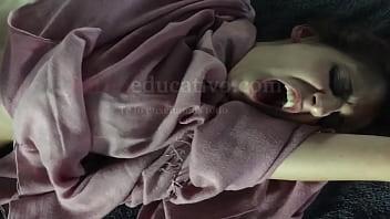 Esempio di massaggio erotico in cui viene stimolato il punto G della ragazza situato sulla parete anteriore della vagina e spesso porta a schizzi