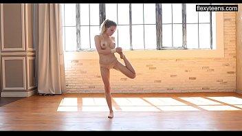 Emma Jomell super hot naked gymnastics [유연한 몸 flexi]