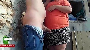 Dandole a la mujer ballena en el monte GUI0051