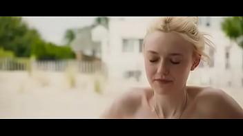 Dakota Fanning desnuda en Very Good Girls (Body Double)