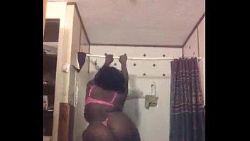 porno ecuatoriano con Negrita gordita mostrando su cola