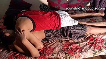 युवा भारतीय भाई बहन बेडरूम में घर सेक्स का आनंद ले रहे