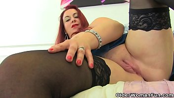 British milf Tammy gives her fanny the dildo treatment