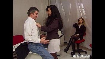Hairy lady thumbs - La direttrice si fa chiavare dal capo del personale e la stagista si masturba