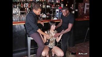 Mature Waitress Mercedes Carrera Blows Her Customers Vorschaubild