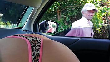 Mamada mostrando culo en publico