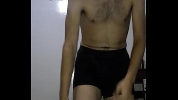 Mostrando mi cuerpo y pajeandome
