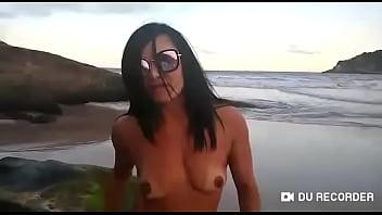 Atriz pornô Bianca naldy taradinha se exibindo em praia de nudismo junto com cinegrafista tarado.(trayller vídeo completo red)
