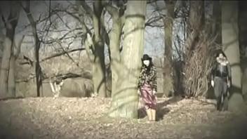 الموسيقي البريطاني بالوما فيث عارية في حوض الاستحمام في مقطع كارني وشاول 2006