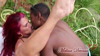 Dia dos namorados chegando e Melissa Devassa sem nenhum. Então bora pra festa junina com muito quentão e beijo na boca.