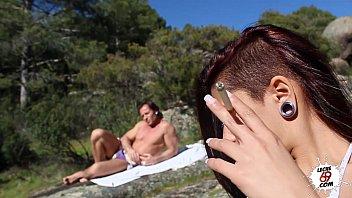Españoles despiertan a la orilla del río y tiene sexo sin parar