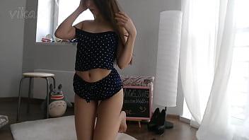 俄罗斯网络摄像头女孩挑逗她的猫