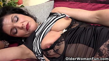 Mature milf Veronique dildos her soaked pussy