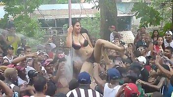 Mujeres se desnudan  en carnaval panameño - 2014