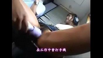 ラジオの公開収録に笑顔で臨む美女。しかし机の下では激しいマン攻めに挿入までされていた。