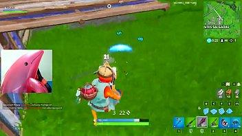 Golfinho rosa comendo homem e jogando Fortnite