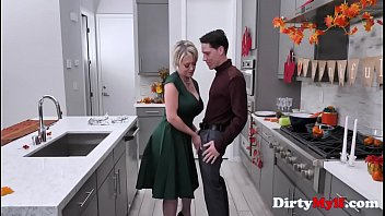 Thanksgiving Sex With Blonde Busty Mom-Dee Williams