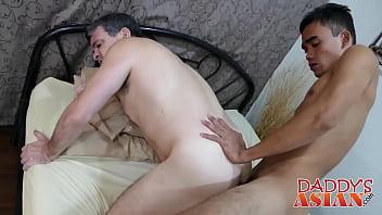 亞洲twink具有真棒性愛動作與老年梭哈