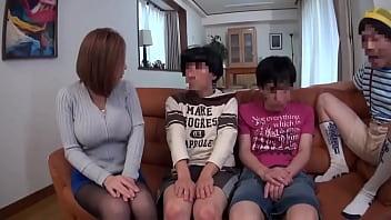 หนังโป๊เอเชียหนังโป๊ญี่ปุ่นป้าสาวต้องมาดูแลเด็กหนุ่มเงี่ยนทั้ง 3 คน