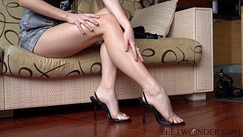Sexy feet on high heels dangling 5分钟