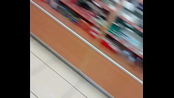 Puta del campestre comprando sus condones