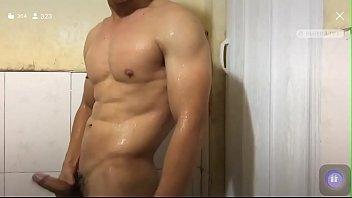 Trai gym tắm khoe cu