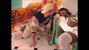 Infirmière à chatte poilue sodomisée par son patient.
