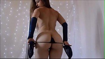 Strip pole - Novinha faz strip tease no pole dance e brinca com a bucetinha