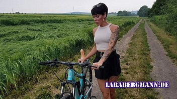 Fucking bicycle Premiere fahrrad in der öffentlichkeit geil abgefickt