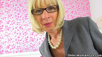 Fuck elaine from atlantic detroit diesel - English gilf elaine sits on a dildo