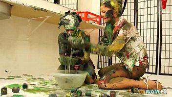 Lesbo lotta in vernice