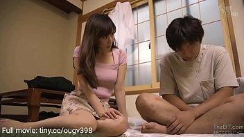 जापानी सौतेली माँ बेटे को सिखाती है कि असली सेक्स कैसे किया जाता है