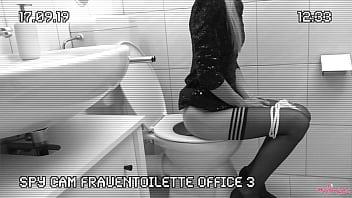 Melly Heimlich Auf Der Bürotoilette Gefilmt. Kollege Fickt Die Frisch Bepisste Pussy. Spy Cam Office 3