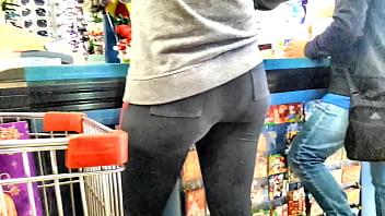 Culona en leggins negros se le marca el calson