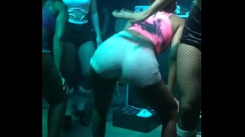 Morena delicia dançando funk