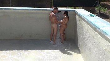 Dos hermanos se ponen a jugar en pelotas con el agua que llena su piscina en Valencia
