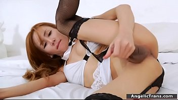 Sex appeal round assed chick spreads long legs wide open and feels how fat wang of pal begins enteri