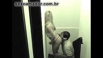 Loira linda fode escondida com namorado na escada. Câmera de segurança filma a ação