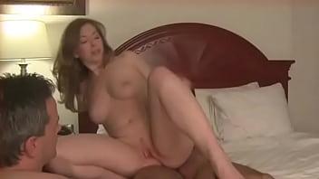 Corno limpando buceta gozada da esposa
