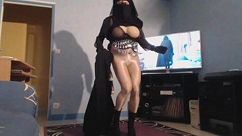 pute arabe voilée montre ses gros nichons